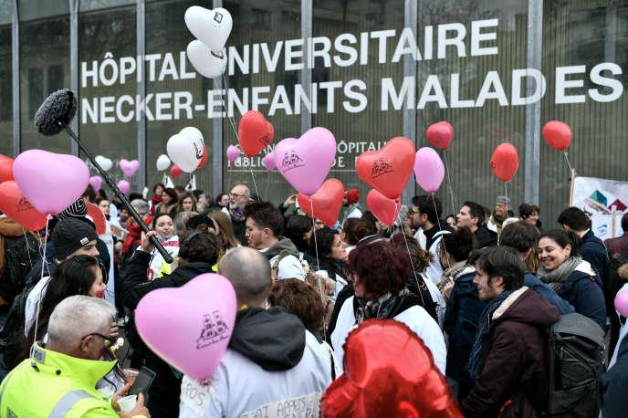 Les personnels de santé participent à une manifestation organisée par le Collectif Inter-Hopitaux, à Paris, le 14 février.