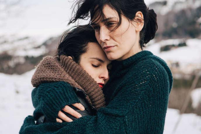 Majda Abdelmalek (Emilie, à gauche) et Clotilde Hesme (Rebecca), dans la série d'Arte «Amour fou».