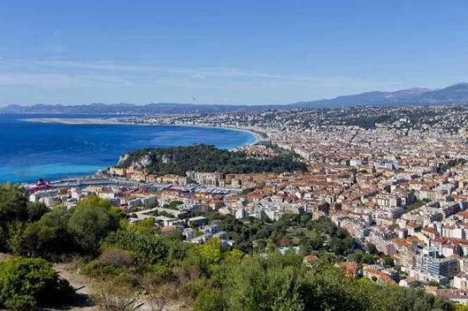 Vue sur la baie des Anges, à Nice, depuis le GR Lou Camin Nissart.