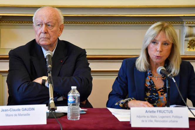 Arlette Fructus, ici lors d'une conférence de presse après l'effrondrement de deux immeubles rue d'Aubagne, aux côtés du maire Jean-Claude Gaudin, à Marseille, le 8 novembre 2018.