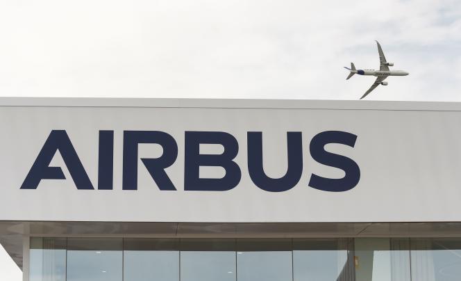 Un Airbus A350 1000 au-dessus de l'aéroport du Bourget, le 18 juin 2019.