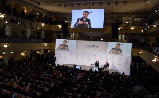 Emmanuel Macron (à gauche) et Wolfgang Ischinger, lors de la conférence sur la sécurité à Munich, en Allemagne, le 15 février.