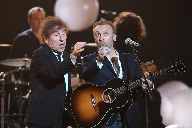Alain souchon et son fils Pierre se produisent sur la scène des Victoires de la musique, le 14 février àBoulogne-Billancourt (Hauts-de-Seine).
