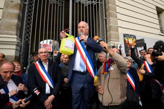 Daniel Cueff, maire antipesticide de Langouet (Ille-et-Vilaine), devant la cour administrative de Rennes, le 14 octobre 2019.