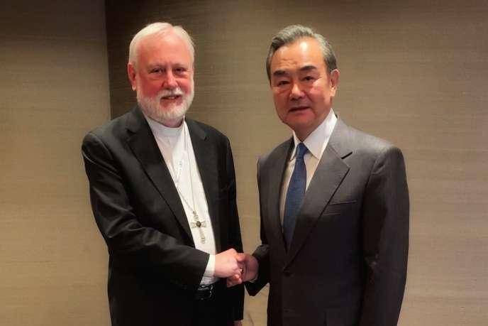 Photo publiée par le Vatican montrant l'archevêque Paul Gallagher serrant la main au ministre chinois des affaires étrangères, Wang Yi, le 14 février à Munich en Allemagne.