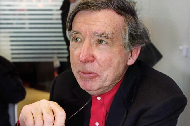 L'écrivain français Michel Ragon le 17 mars 2001, lors de la 21e édition du Salon du livre porte de Versailles à Paris.