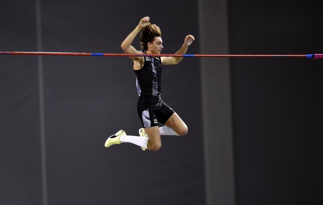 Armand Duplantis passe la barre à 6,18 m et bat son propre record du monde, le 15 février à Glasgow.
