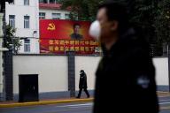 A Shanghaï (Chine), le 10 février. En arrière-plan, un portrait du président Xi Jinping.