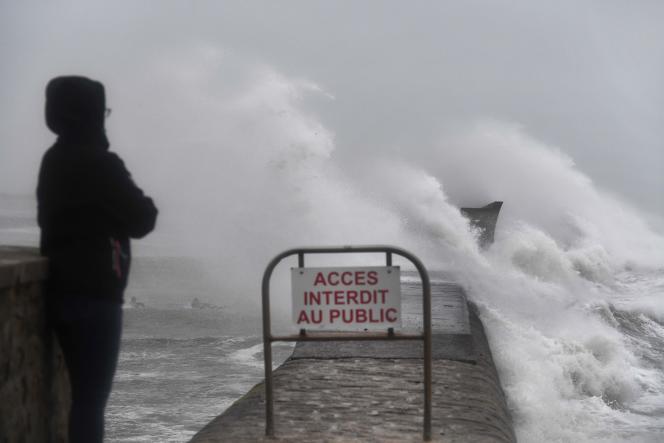 La tempête Dennis frappe Plobannalec-Lesconil, dans le Finistère, dimanche 16 février.