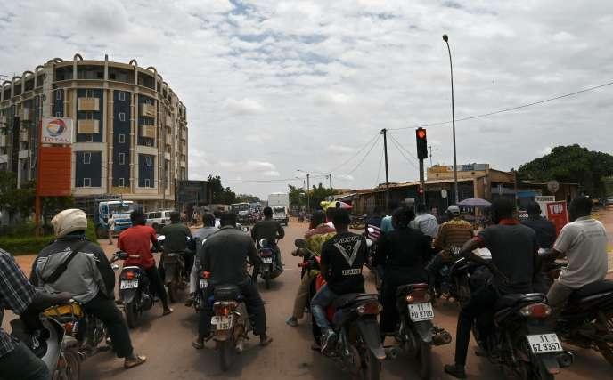 Des motocyclistes patientent à un croisement, le 17 septembre 2019 à Ouagadougou,Burkina Faso.