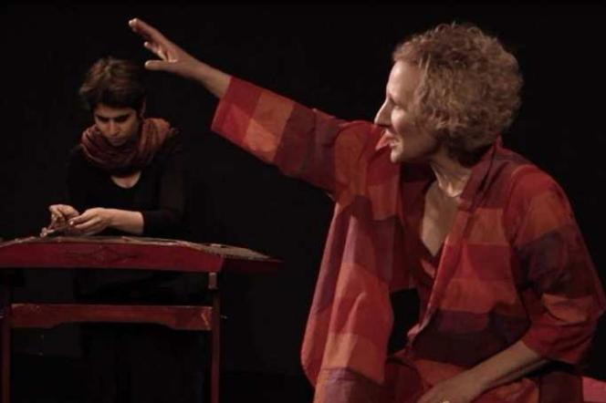 La joueuse de santouriOurania Lampropoulou et la conteuseNathalie Prokhoris lors d'une représentation des«Contes du Santour».