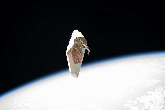 Un bouclier anti-débris à la dérive après avoir été détaché par des astronautes lors des réparations du système de contrôle thermique AMS de l'ISS, en novembre 2019.