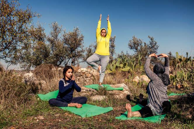 Jaleelah al-Rawaja (ici, dans son jardin, avec ses deux filles, en décembre 2019) a ouvert un studio de yoga à Nilin, en Cisjordanie.