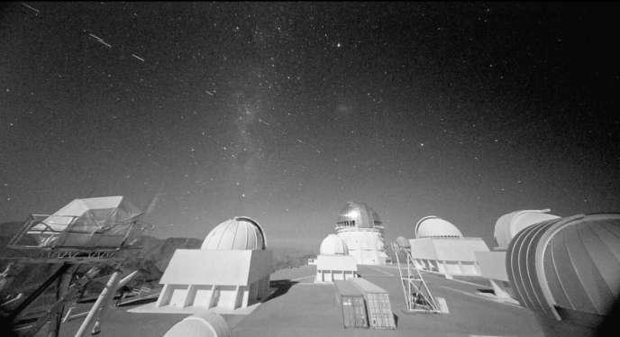 Images enregistrées depuis l'observatoire chilien de Cerro Tololo montrant les traînées de 19 satellites Starlink, le 18 novembre 2019.