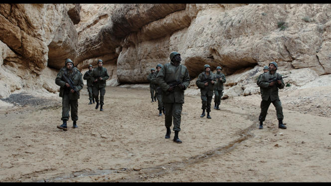 Un jeune soldat va profiter d'une permission pour déserter.