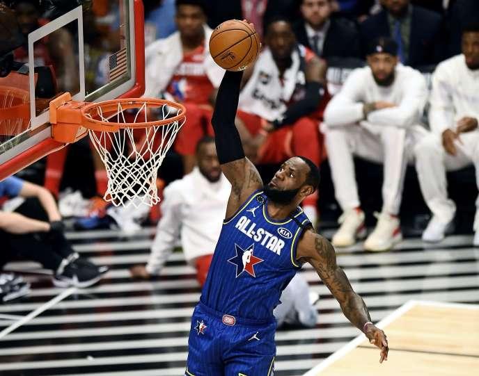 L'équipe de LeBron James, ici en plein dunk, a remporté le match des étoiles de la NBA, dimanche 16 février à Chicago.