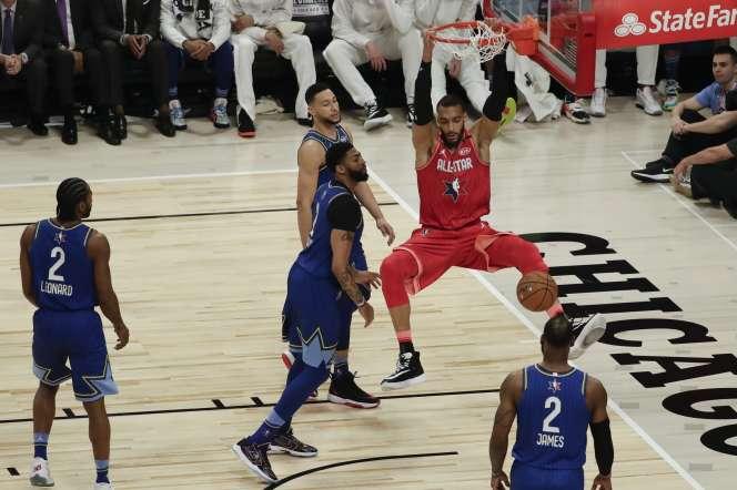 Le Français Rudy Gobert inscrit l'un de ses huit dunks, lors du All-Star Game de Chicago, dimanche 16 février.