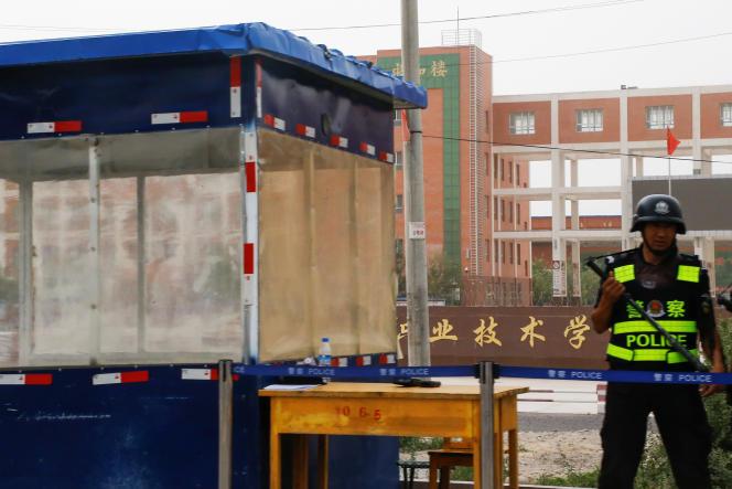 A l'entrée d'un camp d'internement ouïgour, à Hotan, dans le Xinjiang (Chine), le 7 septembre 2018.
