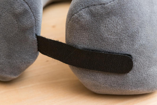 La lanière de réglage en Velcro permet à ce modèle de s'adapter à une grande variété de cous.