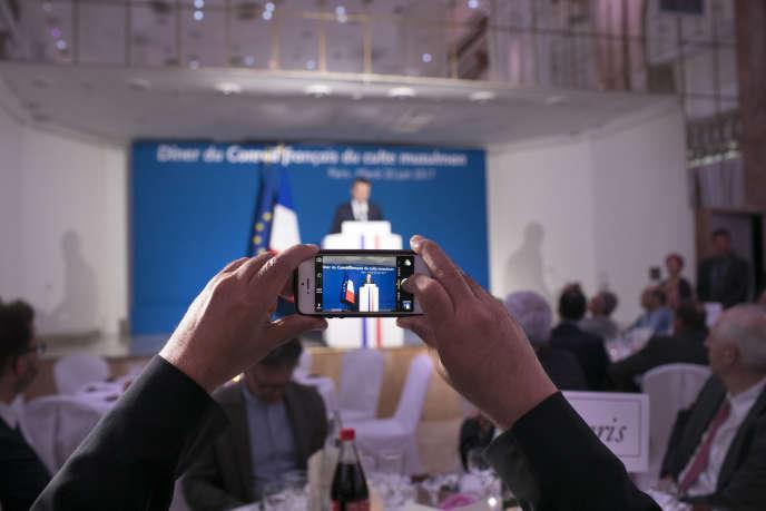 Emmanuel Macron participe au repas de la rupture du jeûne (Iftar), organisé par le CFCM au salon Hoche, à Paris, le 20 juin 2017.