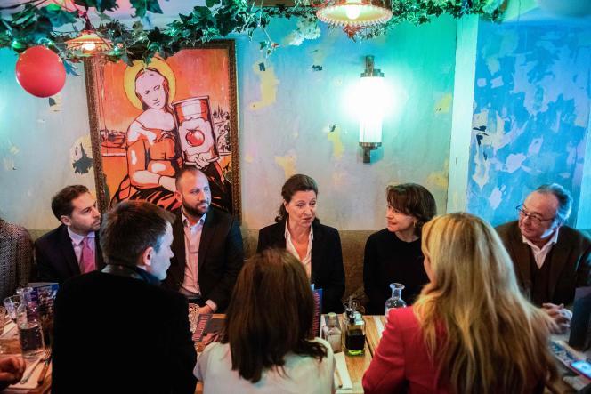 Agnès Buzyn (au centre) lors d'un déjeuner de travail avec son équipe de campagne, à Paris, lundi 17 février.
