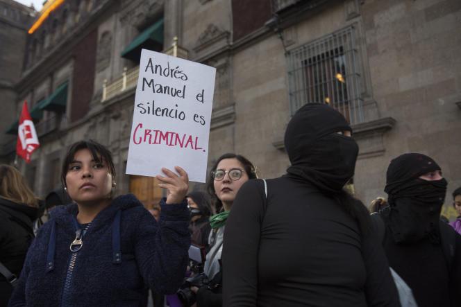 Une jeune femme tient une pancarte contre le président Andrés Manuel López Obrador, le 14 février devant le palais présidentiel à Mexico.