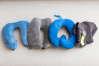 Les quatre coussins que nous recommandons (en partant de la gauche, dans le sens des aiguilles d'une montre) : Evolution de Cabeau, Ultimate de Travelrest, Bcozzy et Trtl.
