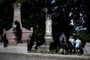 Des touristes visitent le cimetière du Père-Lachaise, le 22 juillet à Paris.