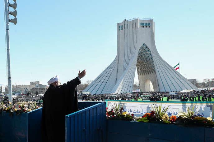 Le président iranien Hassan Rohani salue la foule lors de la commémoration du 41e anniversaire de la révolution islamique à Téhéran, le 11 février.