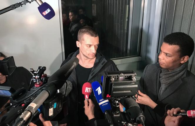 L'artiste russe Piotr Pavlenski s'adresse à la presse, accompagné de son avocat Yassine Bouzrou, alors qu'il quitte le Palais de justice de Paris, le 18février2020.