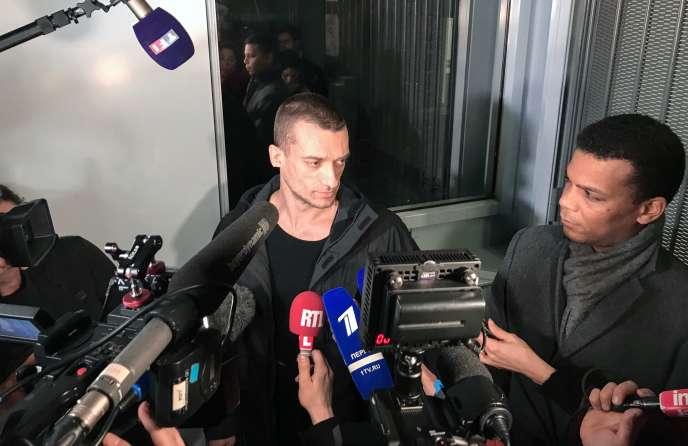 Piotr Pavlenski et son avocat,Yassine Bouzrou (à droite), au palais de justice de Paris, le 18 février.