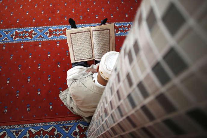 Un homme prie durant le ramadan, dans une mosquée du Havre, en mai 2018.