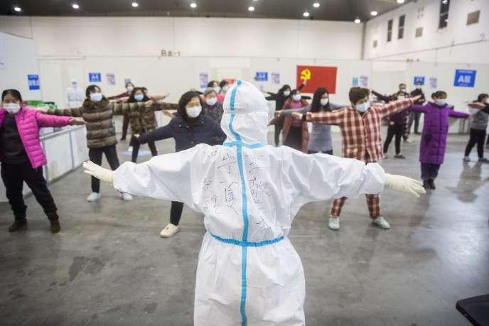 Séance d'exercices pourdes patients ayant contracté les symptômes du coronavirus, dans un hall d'exposition converti en hôpital, à Wuhan, en Chine, lundi 17 février.