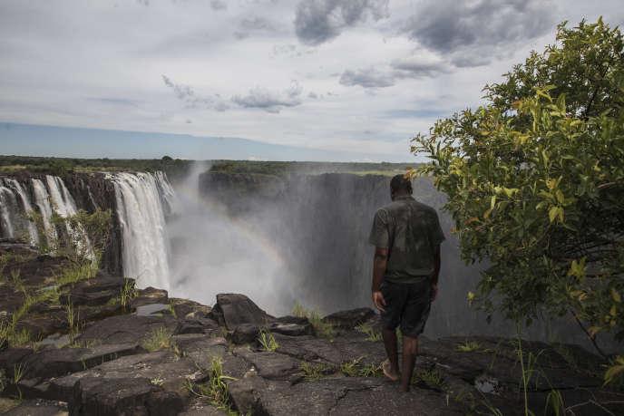 Un guide touristique marche au bord des chutes Victoria, à Livingstone, en Zambie, le 23janvier 2020.