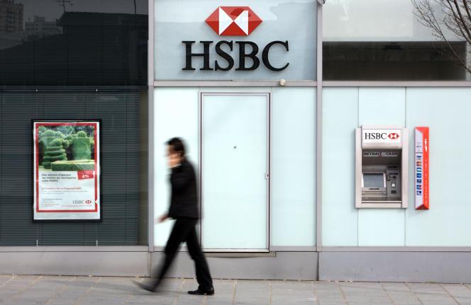 Devant une agence HSBC, à Paris, en 2010.