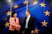Vera Jourova, la vice-présidente de la Commission européenne, accueille le fondateur de Facebook Mark Zuckerberg, à Bruxelles, le 17 février.