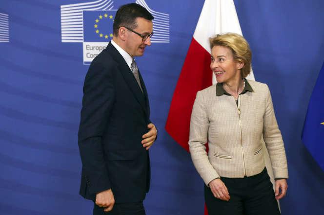 Le premier ministre polonais Mateusz Morawiecki et la présidente de la Commission européenne Ursula von der Leyen, à Bruxelles, le 6 février.