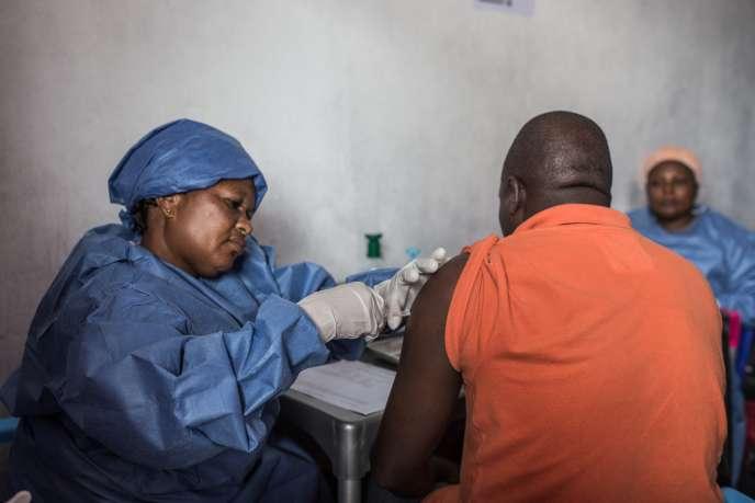 Un homme se fait vacciner contre le virus Ebola le 22 novembre 2019 à Goma, dans l'est de la RDC.