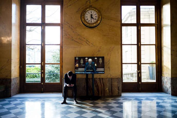 Dans la salle des pas perdus lors de la première journée d'examen du projet de réforme des retraites à l'Assemblée nationale à Paris, le 17 février.