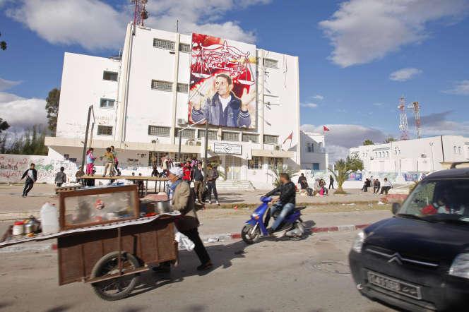 Un portrait de Mohamed Bouazizi est affiché sur un immeuble de Sidi-Bouzid, en Tunisie, en décembre 2014.