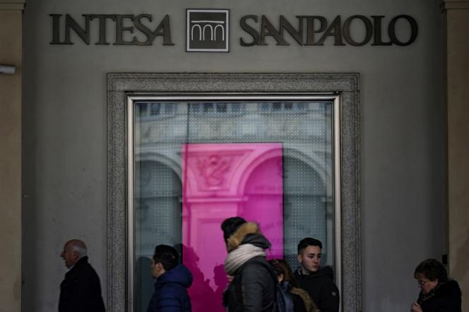 Devant les bureaux de la banque italienne Intesa Sanpaolo, à Turin, en janvier 2017.
