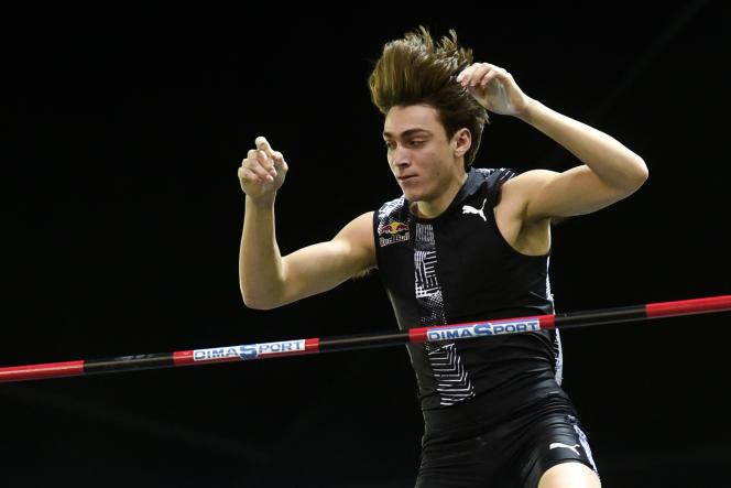 Armand Duplantis a battu à deux reprises le record du monde en franchissant 6,17 m le 8 février à Torun, en Pologne, puis 6,18 m, le 15 février à Glasgow.