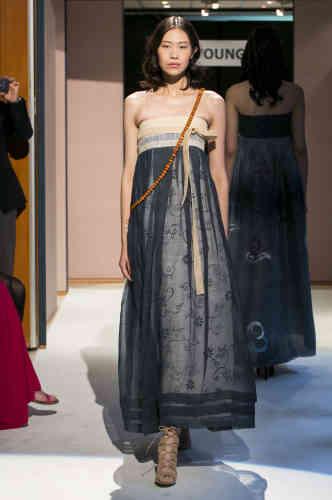 """«Lee Young-hee revisite le """"hanbok"""" (vêtement traditionnel de Corée) en faisant de la jupe """"chima"""" une robe bustier drapée et nouée au-dessus de la poitrine, dont le volume caractéristique retranscrit les principaux traits de la silhouette traditionnelle.»"""