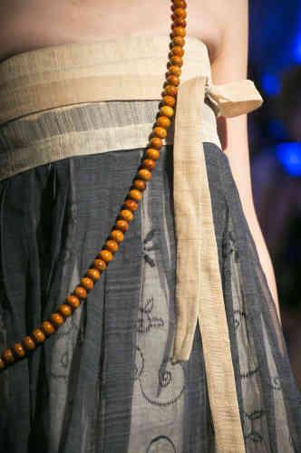 """«Ses matières de prédilection sont naturelles et fidèles à la tradition coréenne: la soie, sous toutes ses formes, et la ramie, fine et transparente. Elle joue des effets de texture, alliant ici le toucher sec de la toile de ramie (""""mosi"""") à la caresse d'une gaze de soie façonnée (""""hangra"""") à motifs de volutes, légère et transparente. »"""