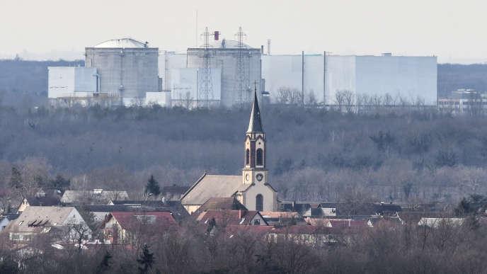 Le village de Fessenheim (Haut-Rhin), avec en arrière-plan les deux réacteurs de la centrale nucléaire, le 31 janvier.