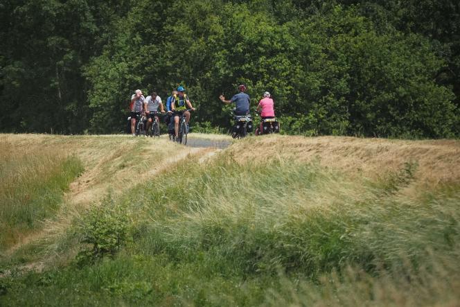 Des cyclistes empruntent la route de « la Loire à vélo», un parcours de 900 kilomètres, entre Cuffy (Cher) jusqu'à Saint-Brévin-les-Pins (Loire-Atlantique).