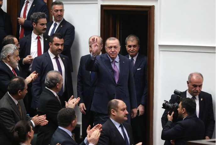 Le président turc, Recep Tayyip Erdogan, salue les députés de son parti au Parlement, à Ankara, le 19 février 2020.