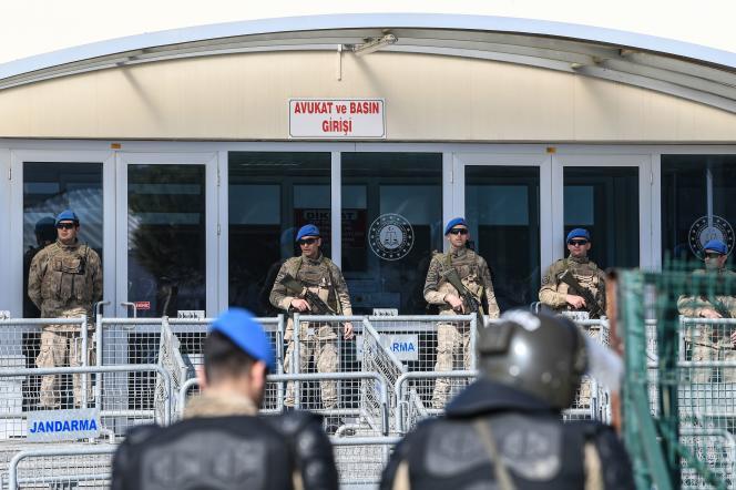 Devant la prison de Silivri, le 18 février, d'où Osman Kavala a été libéré avant d'être arrêté de nouveau.