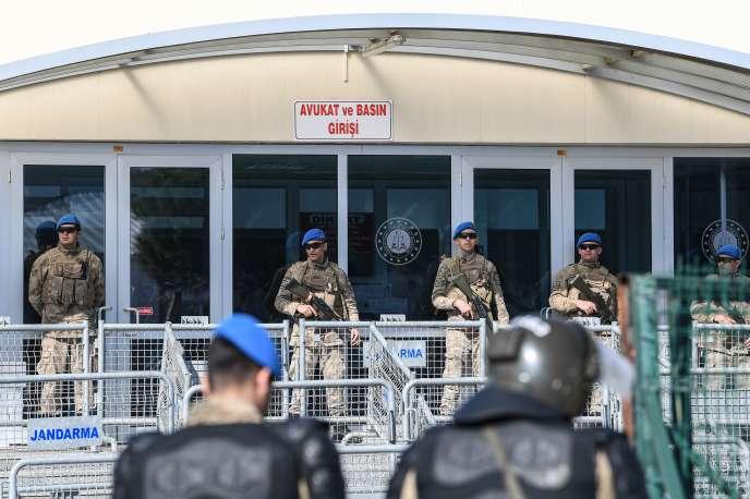 Devant la prison de Silivri le 18 février, d'où Osman Kavala a été libéré avant d'être arrêté de nouveau.