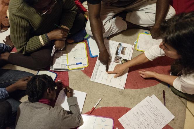 Toute la famille Umbadi bénéficie du cours de soutien bénévole de Cécile, professeur des écoles en congé formation, pour acquérir une spécialisation FLE, français langue étrangère, dispensée par l'université.